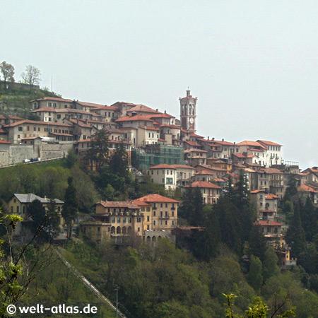 """Der Sacro Monte """"Heiliger Berg"""" von Varese mit der Kirche Santa Maria del Monte,UNESCO-Welterbe"""