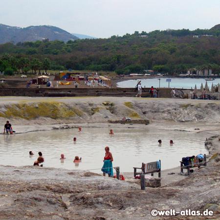 Bad im heissen Schwefelschlamm auf Vulcano, der Schwefelgeruch liegt über der ganzen Insel