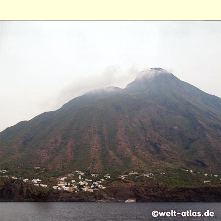 UNESCO-Welterbe, die Insel Stromboli mit dem gleichnamigen Vulkan, der ständig aktiv ist