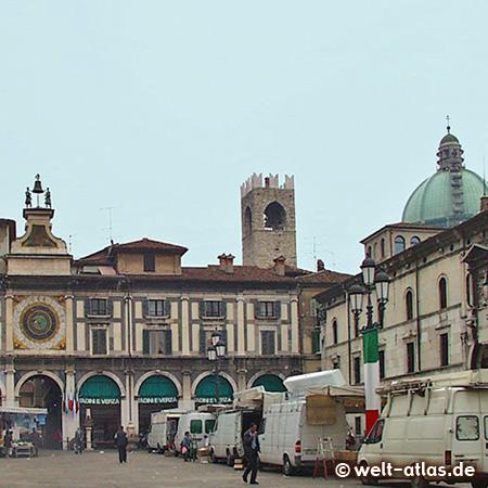 UNESCO-Welterbe, Piazza della Loggia in Brescia, rechts die Domkuppel und hinten der Turm des Broletto
