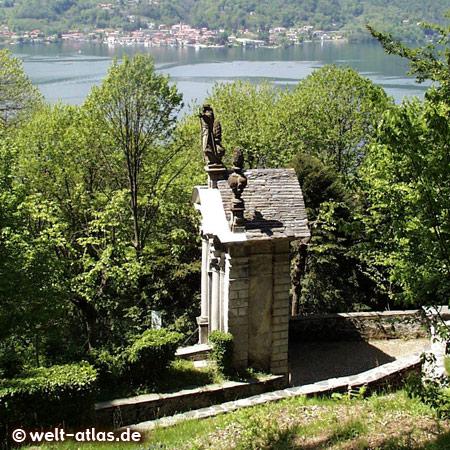 Blick vom Sacro Monte di Orta (UNESCO-Weltkulturerbe) auf den Lago d'Orta, Piemont