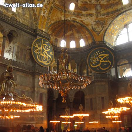 Die Hagia Sophia aus dem 6. Jahrhundert n. Chr. war ehemals eine Kirche, später Moschee und nun Museum –Blick von der Galerie