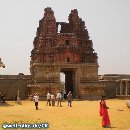 Eingangstor zum Vittala Tempel in Hampi, UNESCO-Weltkulturerbe