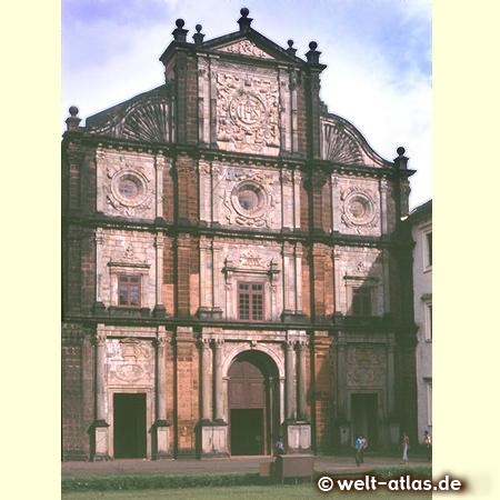 Die prächtige Fassade der Basilika von Bom (der Gute) Jesus in Velha Goa, portugiesische Architektur, UNESCO Weltkulturerbe