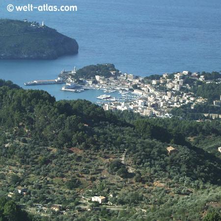 Blick aus den Bergen des Tramuntana auf Port de Sóller, Mallorca, Spanien