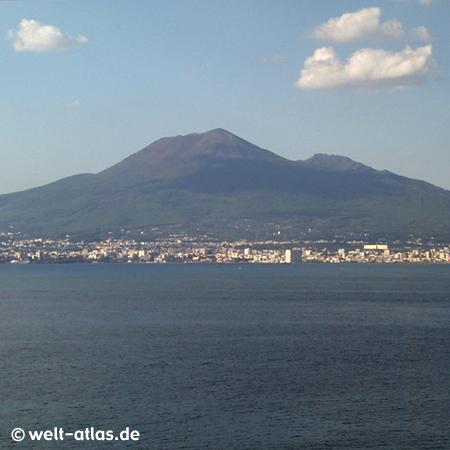 Küste bei Neapel mit Vesuv