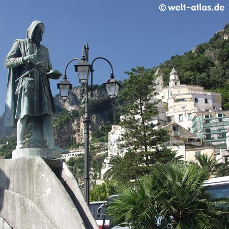 Denkmal des Seefahrers Flavio Gioia am Hafen von Amalfi