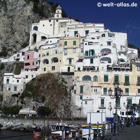 Amalfi, Häuser am Hafen, Amalfitana. Die Stadt zieht sich den Berg hoch.