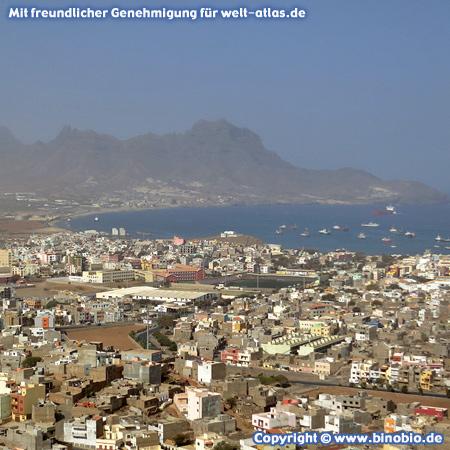 Blick auf die Bucht und Hafenstadt Mindelo auf der Insel São Vicente , Cabo Verde / Kap Verde – Fotos: Reisebericht Kapverden, kapverden.binobio.de