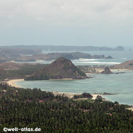 Palmen, Buchten, Felsen und Meer, Lombok gehört zu den Kleine Sunda-Inseln in der Java See, Indischer Ozean