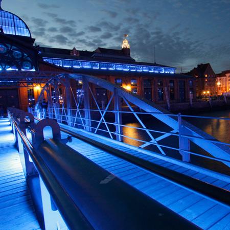 Fischauktionshalle in Hamburg-Altona, blaues Licht zu den Cruise Days, Baudenkmal Fischmarkttrubel, Veranstaltungen