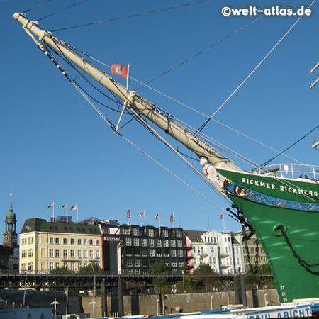 Bug der Rickmer Rickmers vor den St. Pauli-Landungsbrücken im Hamburger Hafen, links der Michel
