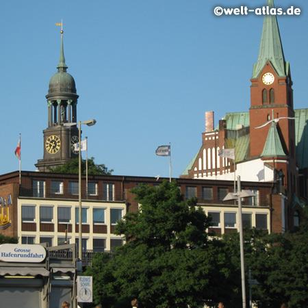 Michel und Schwedische Seemannskirche an den St. Pauli-Landungsbrücken