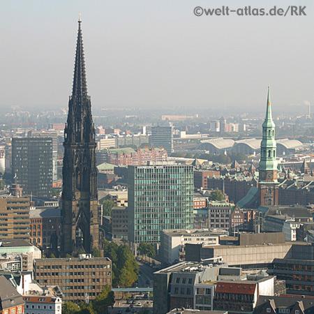 Blick auf Türme von St. Nikolai und St. Katharinen bis Deichtorhallen