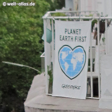 Banner am Balkon: PLANET EARTH FIRST, GREENPEACE