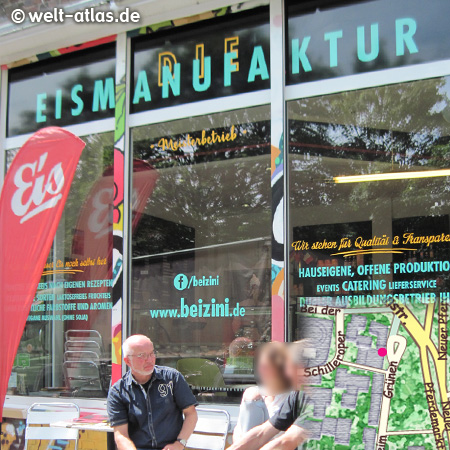 """Leckere Eisspezialitäten aus eigener Herstellung und guter Fairtrade-Kaffee und Espresso (Coffee & Co.) – http://www.beizini.de/TIPP:Im Rahmen der """"Hamburg Art Week"""" präsentiert Clemencia Labin VELADA SANTA LUCÍA REMIX 2013""""Ein Koffer voll Kunst"""" von venezolanischen und deutschen Künstlern zwischen dem 6. 9. - 10.9. u. a. an folgenden StättenHotel Pacific, Neuer Pferdemarkt 30-31Sauerberg Garagen, Beim Grünen Jäger 11-13,Eisdiele Beizini, Beim Grünen Jäger 13,K-OZ Galerie, Beim Grünen Jäger 11,deine°°Agenten, Beim Grünen Jäger 7,Eröffnung und Performance im Cuborosa, Atelier Clemencia Labin, Lerchenstrasse 87"""