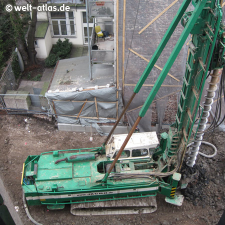 Schweres Gerät direkt unter unserem Fenster. wenn der Bau fertig steht, haben wir an der Seite kein Fenster mehr