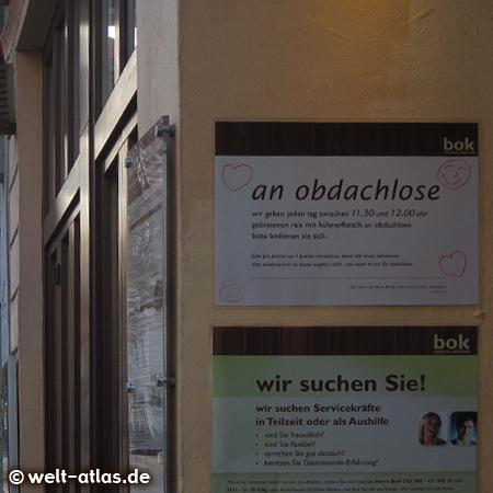 Dieses Schild ist am bok restaurant, Schulterblatt 3, zu sehen - es wird täglich Essen an Obdachlose gegeben