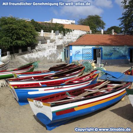 Bunte Fischerboote am Strand von Tarrafal, Santiago – Fotos: Reisebericht Kapverden, kapverden.binobio.de