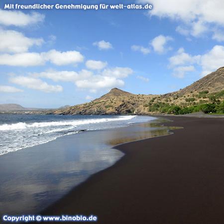 Der schwarze Strand Ribeira da Prata auf der InselSantiago, Kap Verde