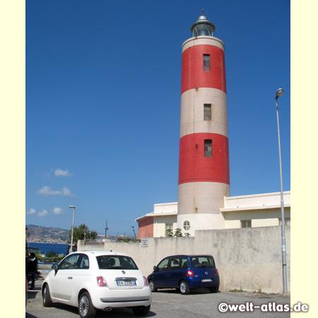 Der Leuchtturm Punta Pezzo in Villa San Giovanni an der Straße von Messina