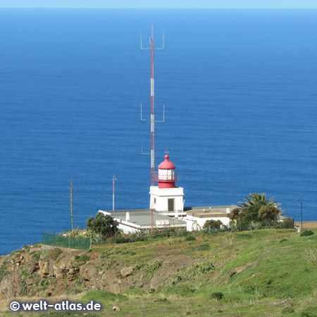 Leuchtturm Ponta do Pargo, der westlichste Punkt von Madeira auf einer Klippe – Position 32°48′41″N 17°14′52″W