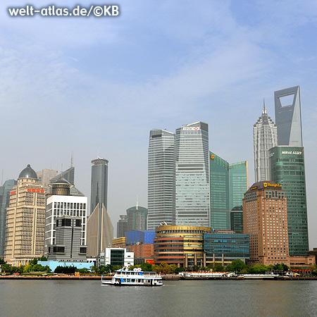Blick vom Bund, der Uferpromenade in Shanghai auf die Wolkenkratzer von Pudong
