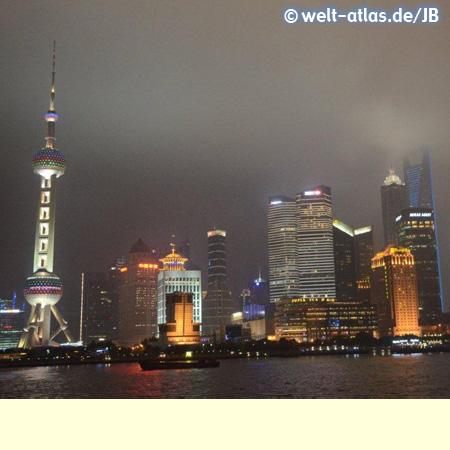 Pudong bei Nacht, Skyline mit Oriental Pearl Tower – Städtepartnerschaft von Shanghai mit Hamburg seit 1986