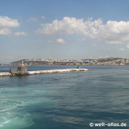Hafeneinfahrt der Insel Procida im Golf von Neapel in Italien, Blick Richtung Festland