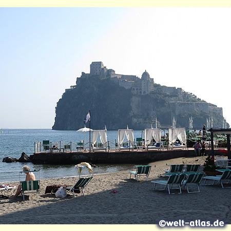 Ischia Ponte, der Strand della Siena mit Blick auf das Castello Aragonese