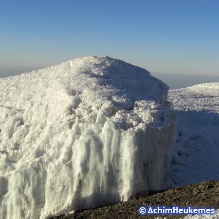 Rebmann-Gletscher kurz vor Gipfel des Kilimanjaro (5.895 m), nahe des Stella Point - Extremsportler Achim Heukemes unterwegs in Tansania