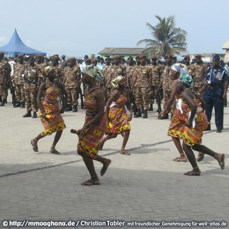 Festival in Ghana mit tanzenden Frauen (Hilfe für Ghana, http://mmoaghana.de)