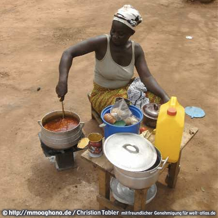 Frau an ihrer Kochstelle, Ghana (Hilfe für Ghana, http://mmoaghana.de)