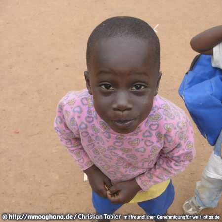 Kleiner Junge im Dorf Kwamoso – (Hilfe für Ghana, http://mmoaghana.de)
