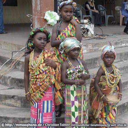 Ghana, Kinder im Festgewand – (Hilfe für Ghana, http://mmoaghana.de)