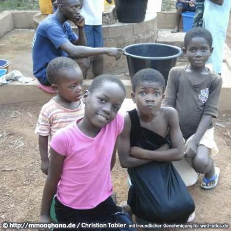 Kinder am Waschplatz (Hilfe für Ghana, http://mmoaghana.de)