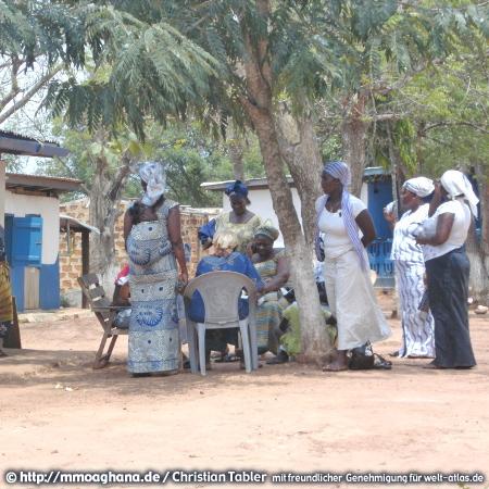 Frauen unter einem Mimosenbaum  – (Hilfe für Ghana, http://mmoaghana.de)