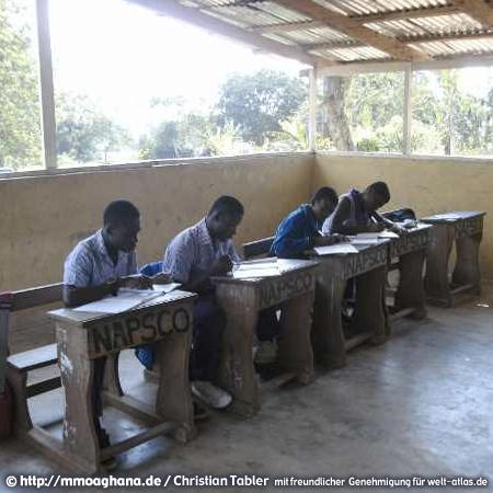 Schüler beim Unterricht in der Nana Aframea Preparatory School Akropong (NAPSCO) Hilfe für Ghana, http://mmoaghana.de