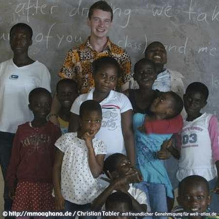 Schüler der Queen Esther Preparatory School Mampong mit Christian Tabler – Gründer des Ghana-Hilfsprojektes http://mmoaghana.de
