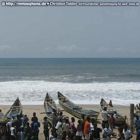 Ghana, Fischerboote am Meer (Hilfe für Ghana, http://mmoaghana.de)