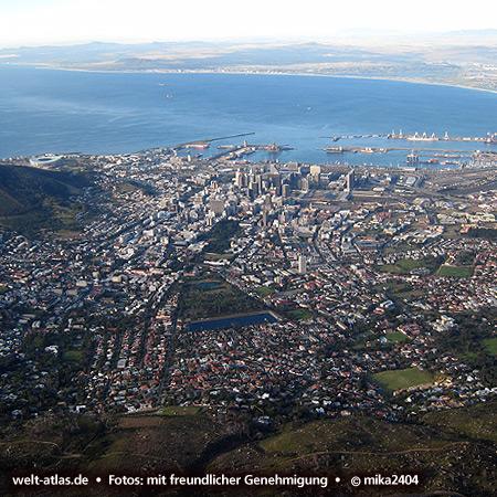 Kapstadt, Blick vom Tafelberg Richtung Waterfront und HafenFoto: ©mika2404
