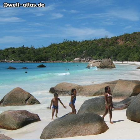 Strand Anse Lazio, Granitfelsen, Kinder, Praslin, Seychellen