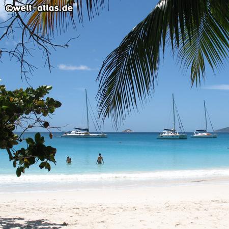 Praslin, Seychellen, Segelboote vor weissem Strand