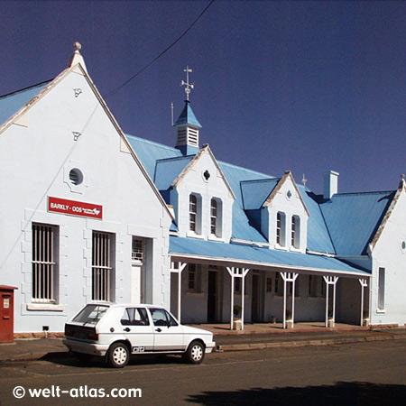 Kirche mit blauem Dach