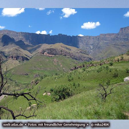 Amphitheatre of Drakensberg Mountains, rock wall in Kwazulu Natal, Foto: ©mika2404