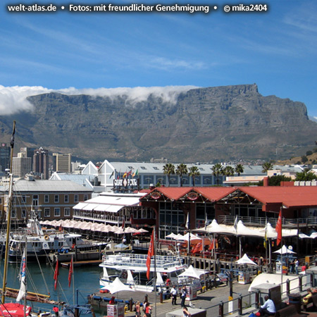 """Kapstadt, V&A Waterfront und der Tafelberg mit seinem """"Tischtuch"""", Wolken über dem Plateau,Südafrika Foto: ©mika2404"""