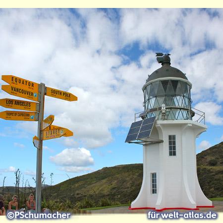 Der Leuchtturm am Kap Reinga mit Kilometerangaben in alle Welt, nordwestlichster Punkt der Aupouri-Halbinsel, Neuseeland, Nordinsel – Foto:© Peter Schumacher