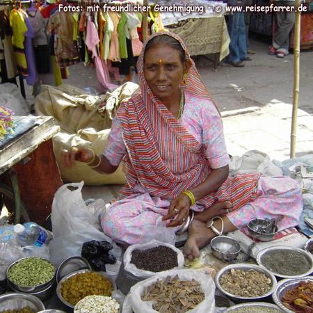 Händlerin auf dem Markt in Jodhpur, RajasthanFoto:© www.reisepfarrer.de
