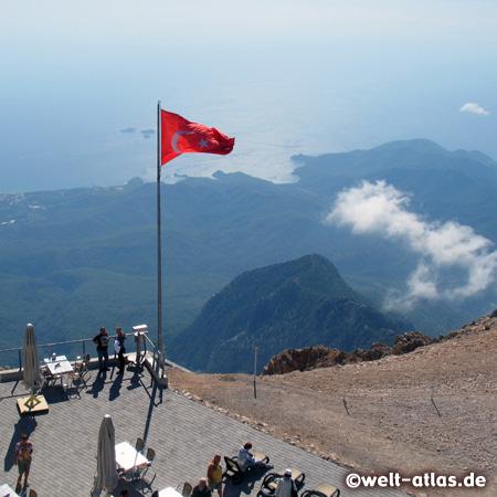 Ausblick von der Terrasse des Berges Tahtali, 2.365 m  auf die Küste. Seilbahn Sea to Sky