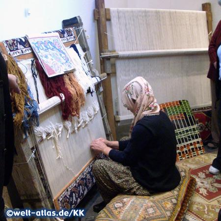 Frau beim Knüpfen eines Teppichs, Kappadokien
